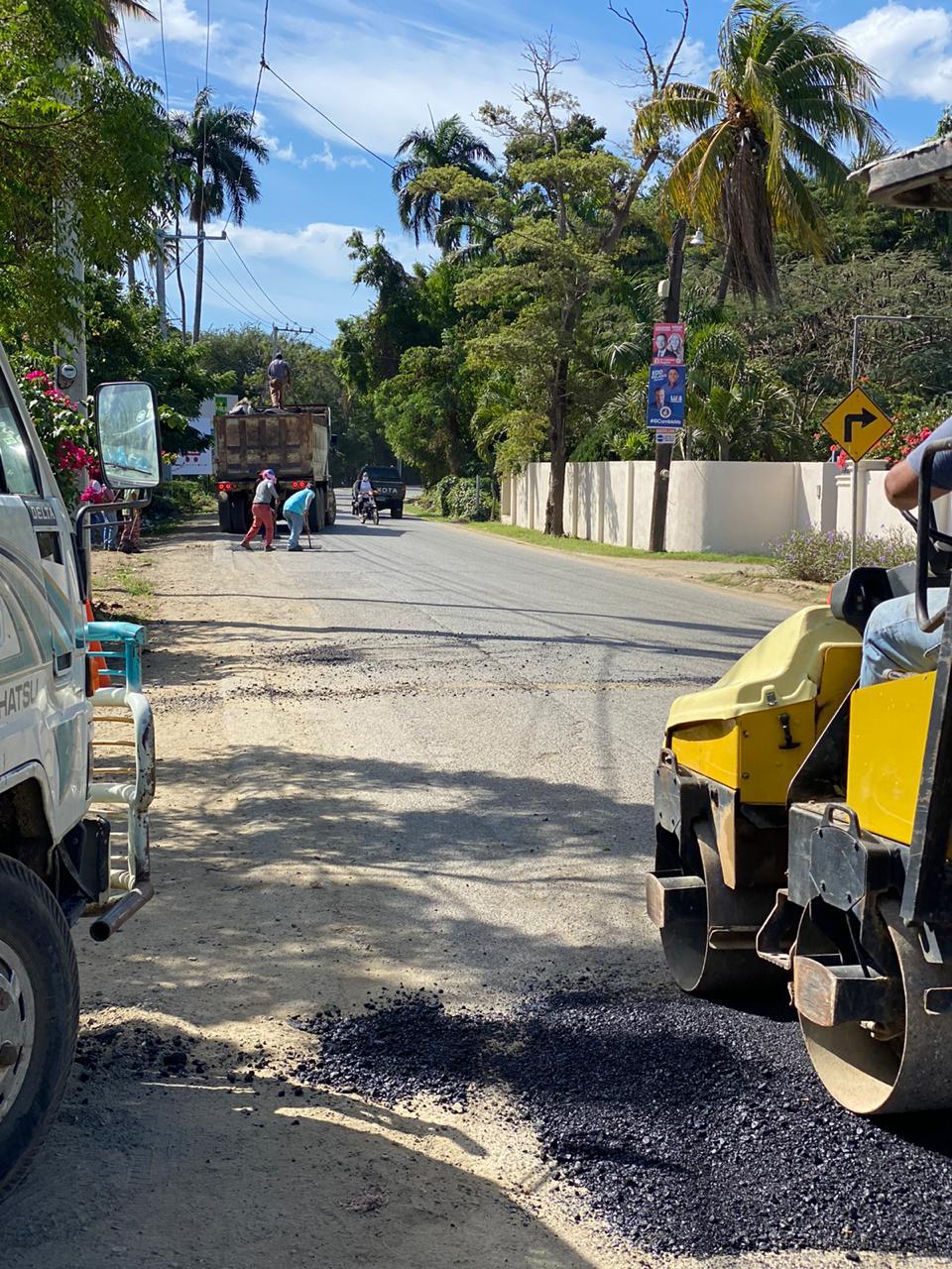 Continúa bacheo en distintas calles del municipio.